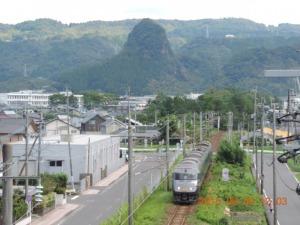 電車後方の丸い山は蔵王岳(169m)