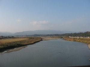 小丸川の小丸大橋より上流を見る
